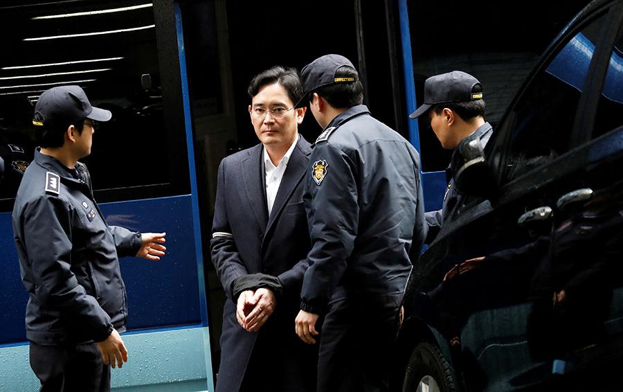 Виновен, но богат: суд приговорил фактического главу Samsung к 5 годам тюрьмы