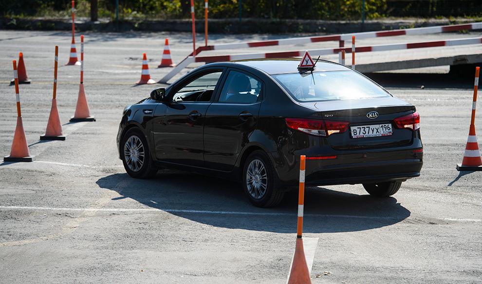 Медведев ввел ограничения для начинающих водителей и разрешил МФЦ выдавать права