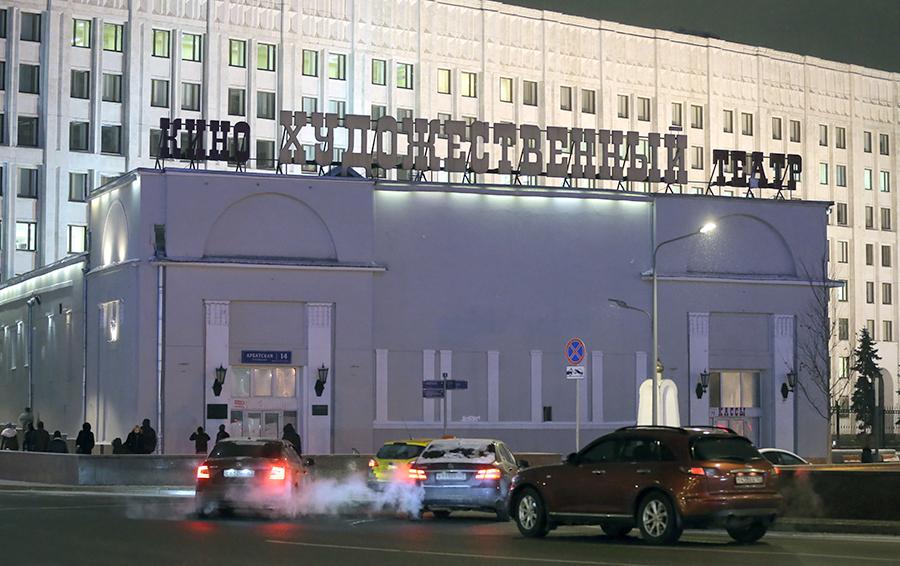 Кина не будет: Александр Мамут не успевает в срок отремонтировать кинотеатр «Художественный»