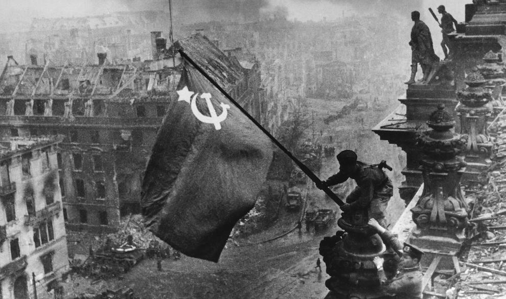«Наклонись, Лешка, над Берлином»: как Евгений Халдей поднял «Знамя победы над рейхстагом»
