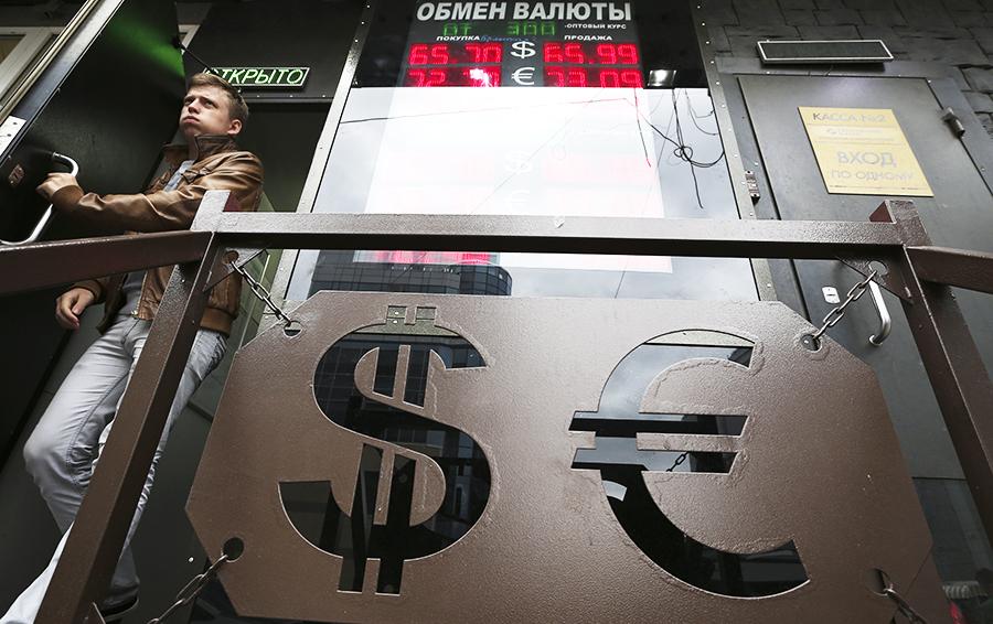 Евро дешевеет: пора покупать валюту к отпуску?