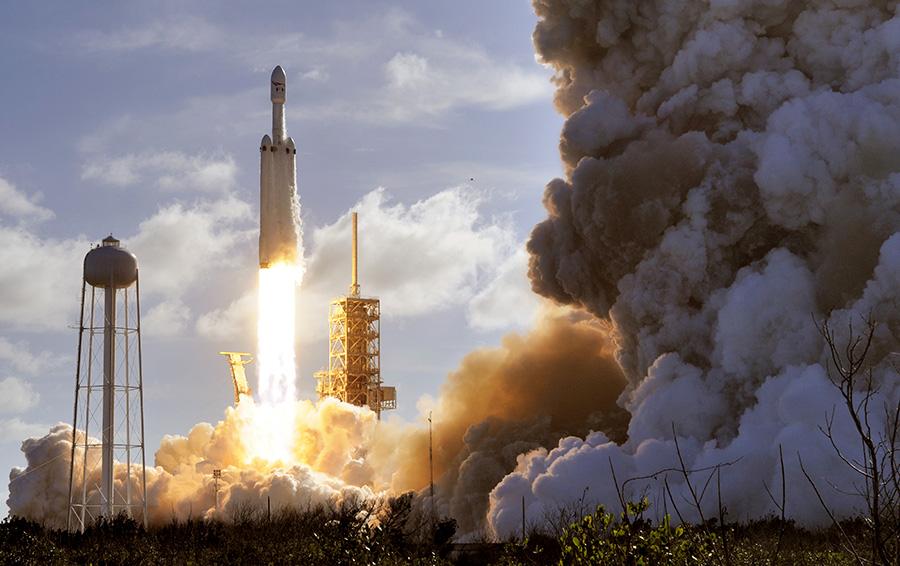 Во время запуска сверхтяжелой ракеты-носителя Falcon Heavy с автомобилем Tesla Roadster из Космического центра имени Джона Фицджеральда Кеннеди компанией SpaceX