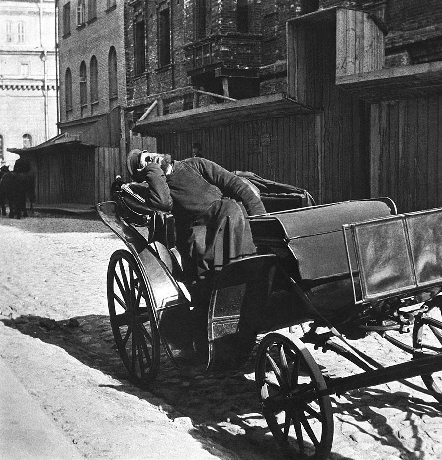 Извозчик в ожидании пассажиров, Москва, 1910