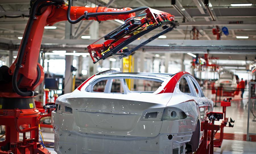 Роботизация заводов Tesla, выпускающих электромобили, позволила компании развернуть производство не в Китае, а в Калифорнии.