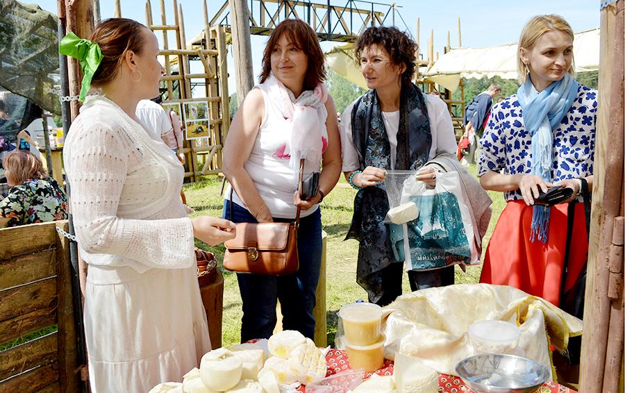 Владельцы сыроварни «Бебешкино» представляют свою продукцию на ярмарке