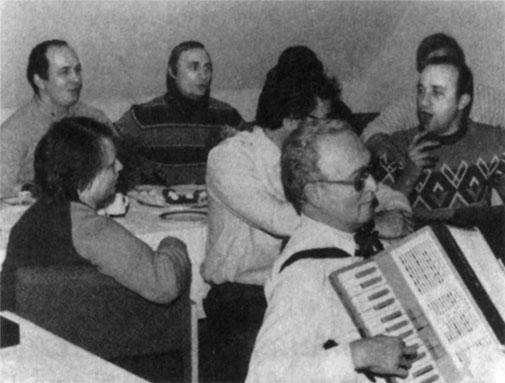 Сергей Чемезов (крайний слева) и Владимир Путин во время службы в Дрездене были неразлучны даже за праздничным столом.