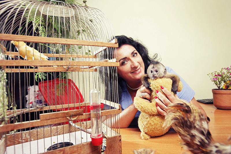 Елена и ее воспитанник, двухмесячный капуцин Дали.