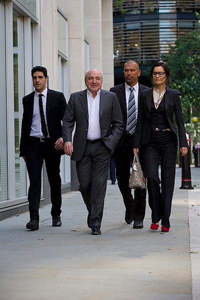 Борис Березовский идет на заседание суда по иску к Роману Абрамовичу. Поражение в суде окончательно сломило олигарха