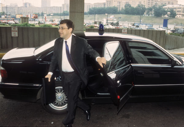 После эпизода со взрывом автомобиля Вавилов стал ездить с охраной