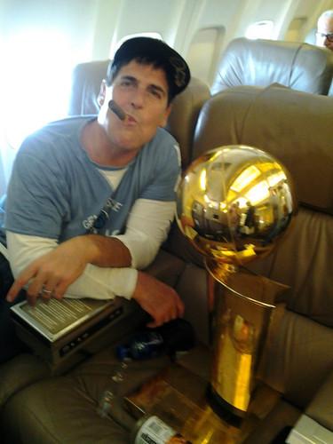 Марк Кьюбан с кубком чемпиона НБА