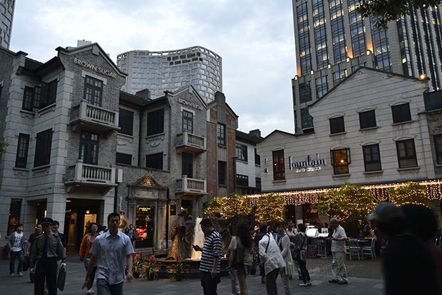За шесть лет перенаселенный район с домами 1890–1930-х годов превратился в один из самых дорогих кварталов Шан- хая. Правда, старые дома снесли и на их месте построили новые