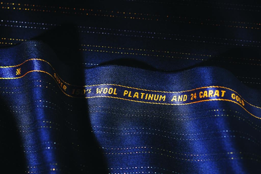 Ткань с золотыми в 24 карата и платиновыми нитями от Scabal в салонах тканей «ТИССУРА»