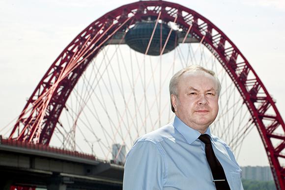 """Шишов исполнил мечту Лужкова: не только спроектировал уникальный мост, но и подвесил на вершину """"летающую тарелку""""."""