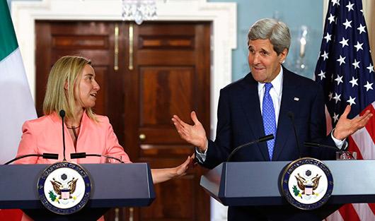на фото Министр иностранных дел Италии Федерика Могерини и госсекретарь США Джон Керри