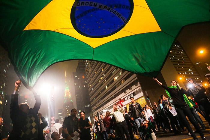 Бразильцы протестуют против повышения цен на проезд в общественном транспорте