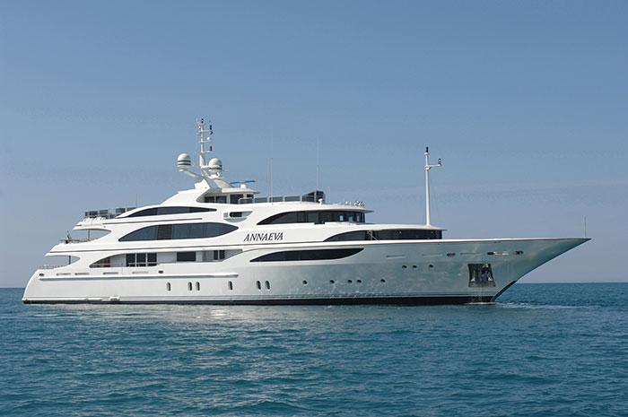 Яхта Annaeva (56 м, макс. скорость16 узлов, порт приписки Ливорно, Италия) названа в честь дочерей- близняшек Анны и Евы.