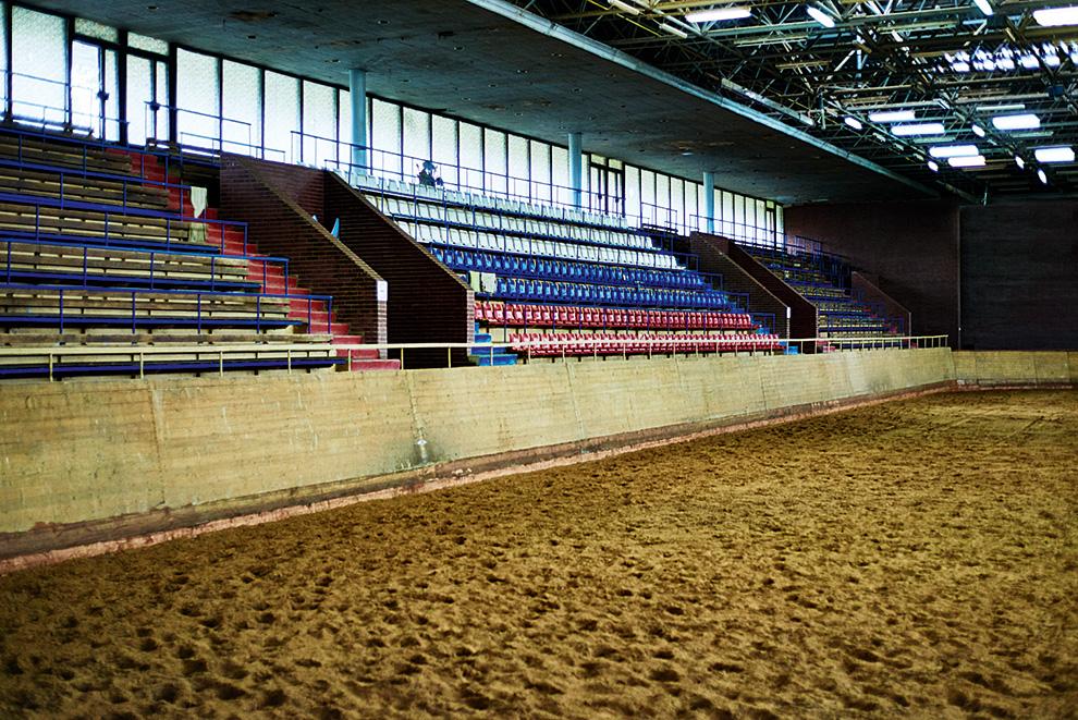 Зимой тренировки и турниры по конному спорту переезжают под крышу — в манеж