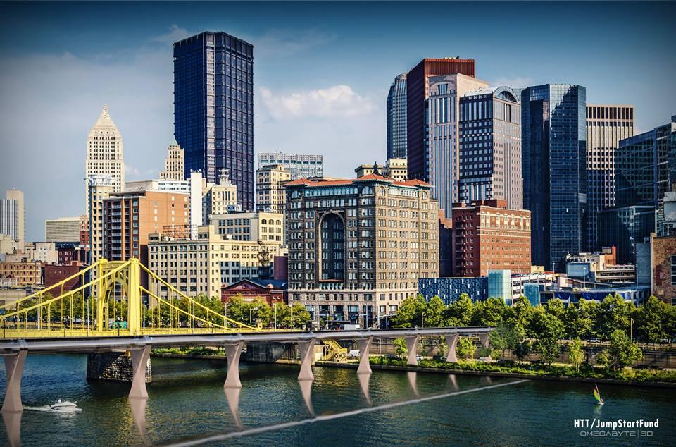 Пока Гиперпетля не стала реальностью, дизайнеры примеряют транспорт будущего к пейзажу крупнейших американских городов. На фото -- Питтсбург.