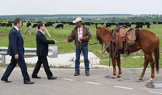 Виктор Линник (слева) и Дмитрий Медведев (в центре) во время визита на предприятие в Брянской области