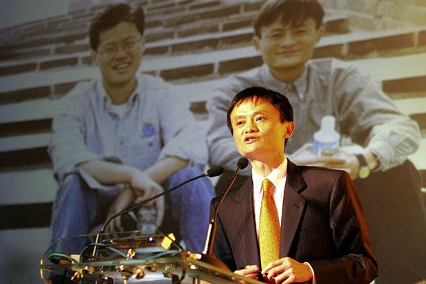 Джек Ма никогда не уставал подчеркивать важность фигуры Джерри Янга для Alibaba. На фото -- момент объявления Ма новости об инвестировании Yahoo $1 млрд в Alibaba, 2005 год; на заднем плане -- фотография Янга и Ма, когда будущий основатель Alibaba выступал гидом для американского гостя по Великой китайской стене