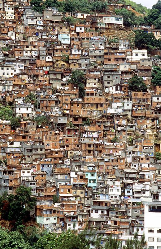 Фавелы в Рио соседствуют с дорогими районами, но лучше наблюдать их издалека: например с моста через залив