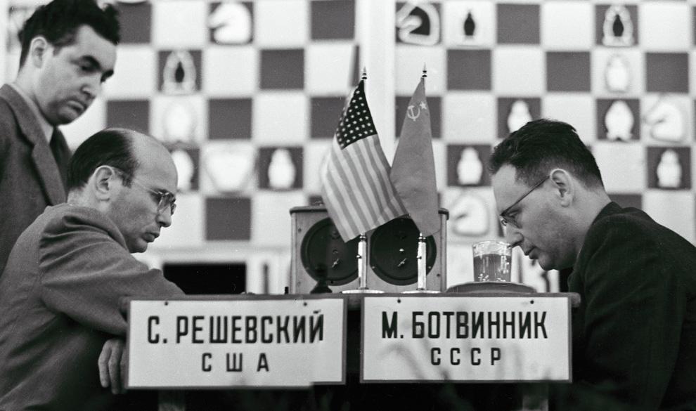 Советский гроссмейстер Михаил Ботвинник (справа) и американский шахматист Сэмюэль Решевский на Шахматном матче СССР – США.