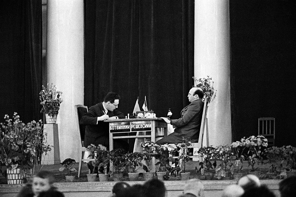 Шахматный матч-турнир на звание чемпиона мира между гроссмейстерами Михаилом Ботвинником (СССР) и Самуэлем Решевским (США). Москва, 1948 год.