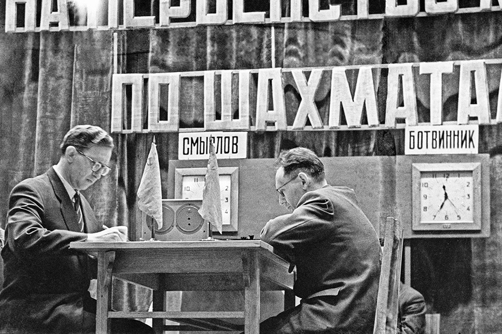 В игре советские гроссмейстеры Василий Смыслов (слева) и Михаил Ботвинник