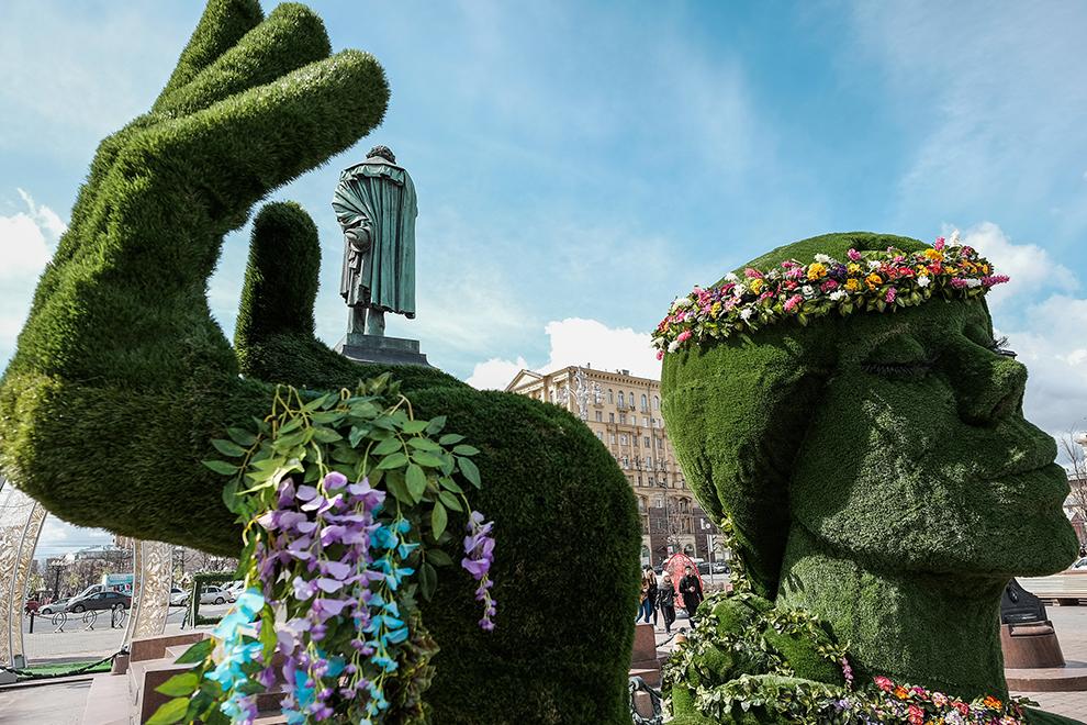 """Фигуры девушки, выполненной в технике топиар, на фестивале """"Моcковская весна"""" на Пушкинской площади в Москве."""