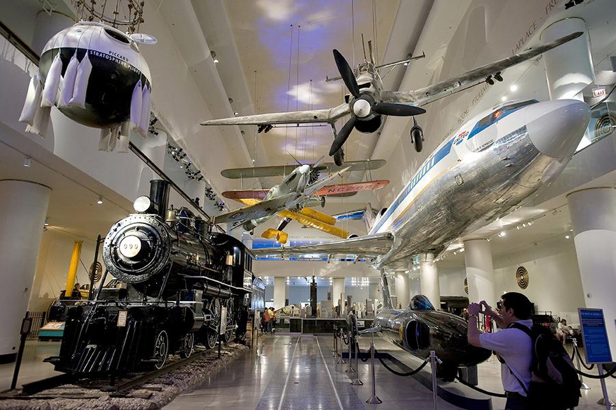 В музее науки и промышленности в  Чикаго более 2000 постоянных выставок.