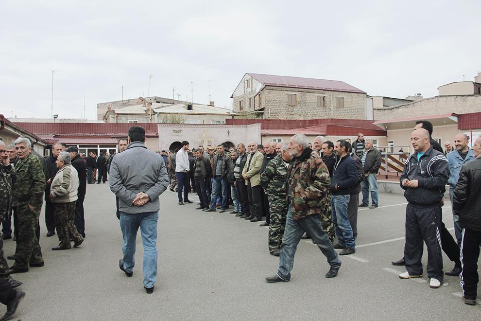 Добровольцы собрались перед центром «Еркрапа» в Ереване