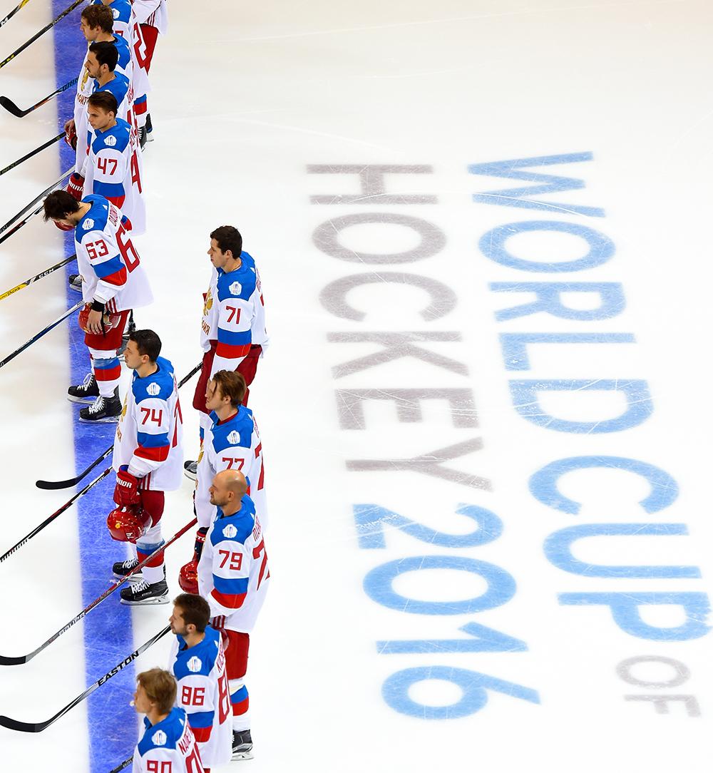 Игроки сборной России перед началом матча Кубка мира по хоккею - 2016 между сборными командами Северной Америки и России