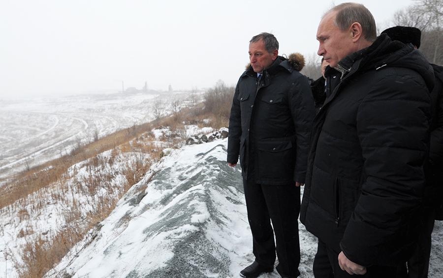 «Если мы туда Останкинскую башню поставим,ее видно не будет», — сказал президент Путин Струкову, стоя перед карьером, куда сползал поселок