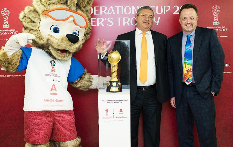Председатель правления «Альфа-Банка» Андрей Соколов (в центре) уверен, что проект с ФИФА в итоге окажется прибыльным