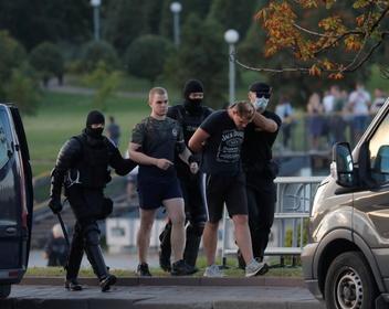 В Минске силовики применили световые гранаты и слезоточивый газ против протестующих