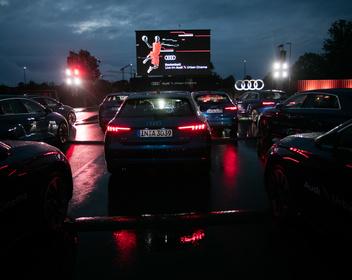 Кинотеатр на гоночном треке: Audi и Porsche решили привлечь клиентов фильмами и футболом