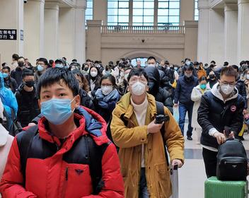 «Эй, ты еще жив?»: как живет китайский город, с которого началось распространение нового смертельного вируса
