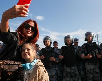 Многодетную пару потребовали лишить родительских прав за участие в митинге