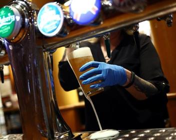 «Вот я и думаю: а будет ли как прежде?»: как в Великобритании после месяцев простоя открываются пабы и бары