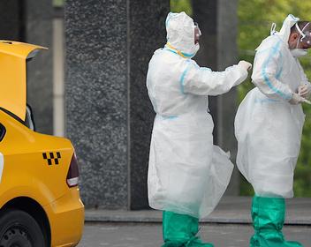 Число смертей в Москве превысило 2000, студенты судятся с Гарвардом, и сложности с вакциной: новости COVID-19
