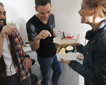 «А ты нормальный парень»: как завоевать авторитет на новой работе с помощью нетворкинга и пирожных
