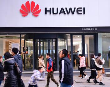 Google собирается оставить Huawei без Android и магазина приложений