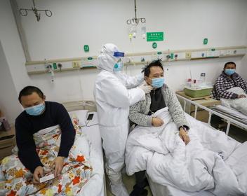 «Я стучался в дверь ада»: излечившийся от коронавируса китаец рассказал о победе над болезнью