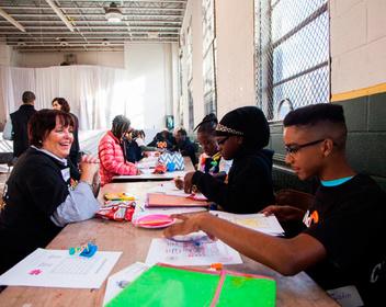 Зачем гендиректор крупной финансовой корпорации красит ногти бездомным в Южном Бронксе