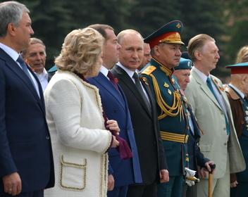 Чиновникам Кремля и Белого дома восстановили сокращенные из-за кризиса зарплаты