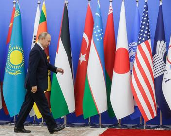 Путин поручил ввести для иностранцев универсальные электронные визы