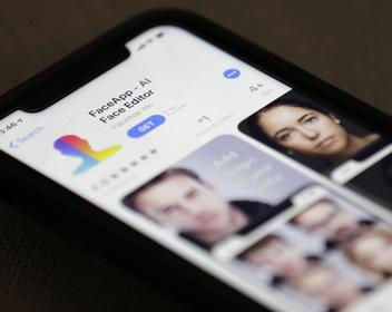 Сенатор США обратился в ФБР из-за российского «состаривания» лиц FaceApp