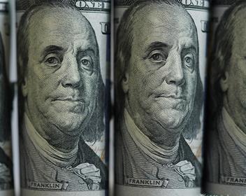 Держат деньги под рукой: почему россияне продолжают «чистить» валютные вклады
