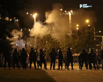 Первая смерть, гудящий Минск: в Белоруссии вторую ночьподряд прошли столкновения протестующих с ОМОНом