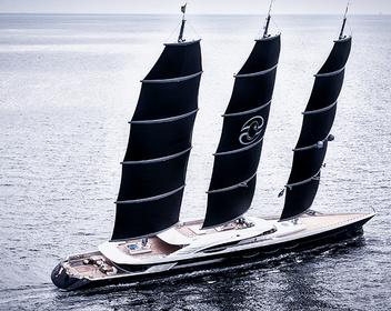 В Петербург прибыла одна из самых дорогих яхт в мире Black Pearl. Ее владелец — участник списка Forbes